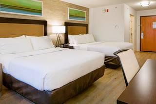 Holiday Inn & Suites Bloomington-Airport